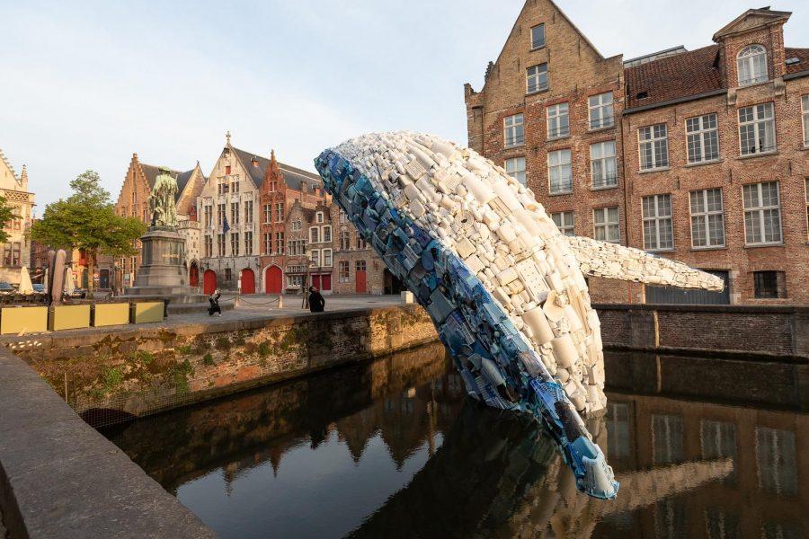 В гавань Брюгге заплыл 11-метровый пластиковый кит