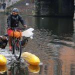 Парень ездит на рыбалку за пластиком на своем плавающем велосипеде!